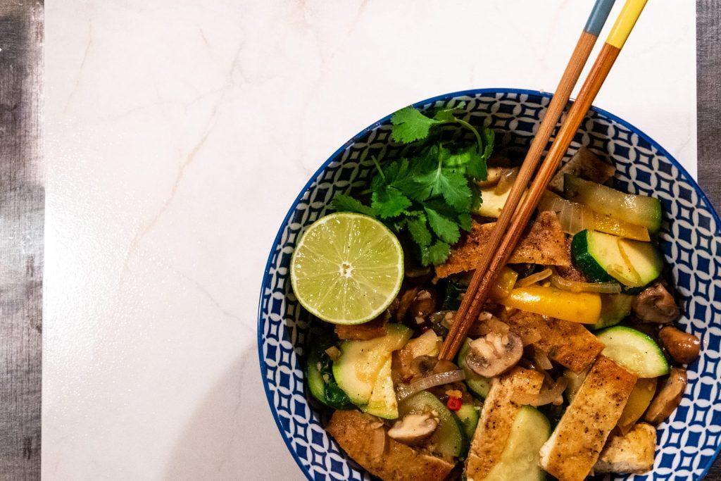 Tofu met gewokte groenten en noodles