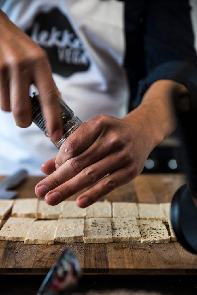 Lekker vega tofu snijden