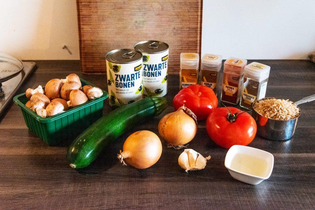 Ingrediënten vegan zwarte bonen curry
