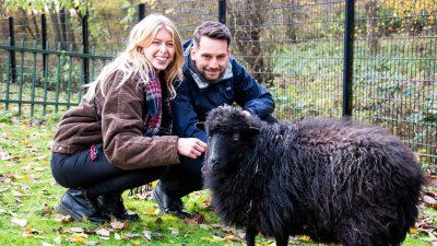 Thera en Tristan met een schaapje