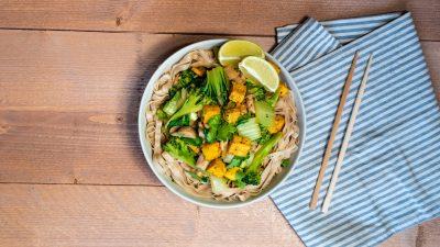 Rijstnoedels met groente en tofu